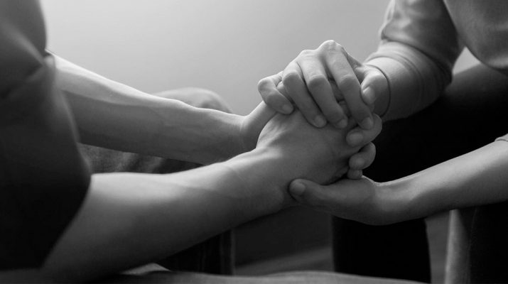 Scientists-Explain-How-Holding-Hands-Can-Relieve-Pain-and-Discomfort